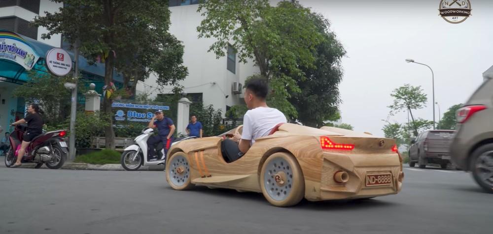 Chiếc BMW bằng gỗ này được trang bị đèn pha và đèn hậu có thể bật lên