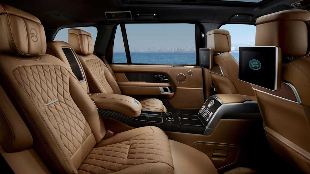 Hàng ghế sau với khoảng duỗi chân rộng rãi của Range Rover SVAutobiography Ultimate Edition 2021