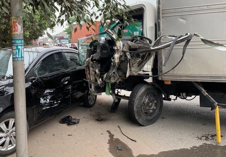Xe tải và Toyota Vios hư hỏng nặng trong vụ tai nạn này