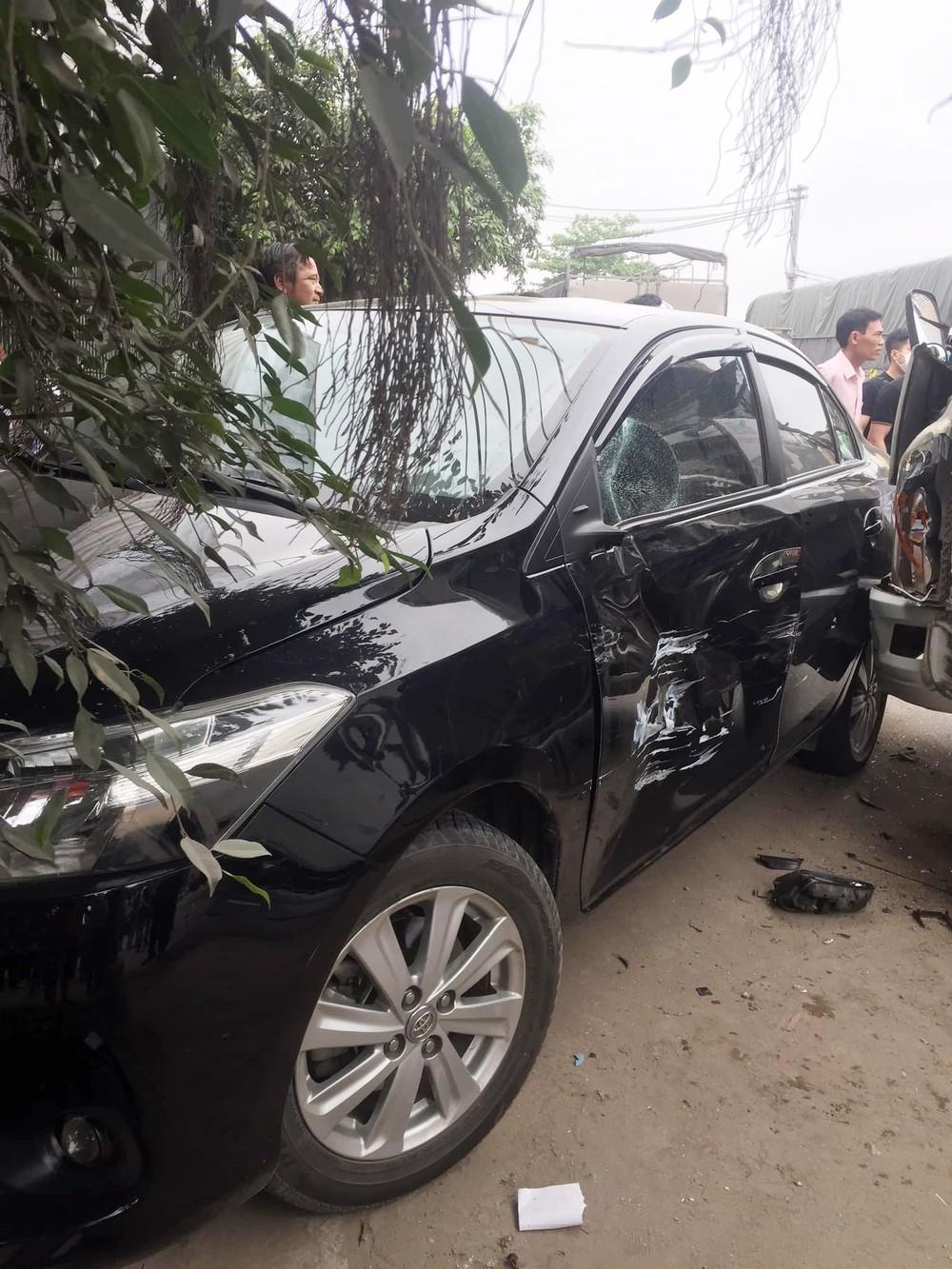 Chiếc xe Toyota Vios móp và xước cửa tài xế, gương chiếu hậu gãy và cửa kính vỡ
