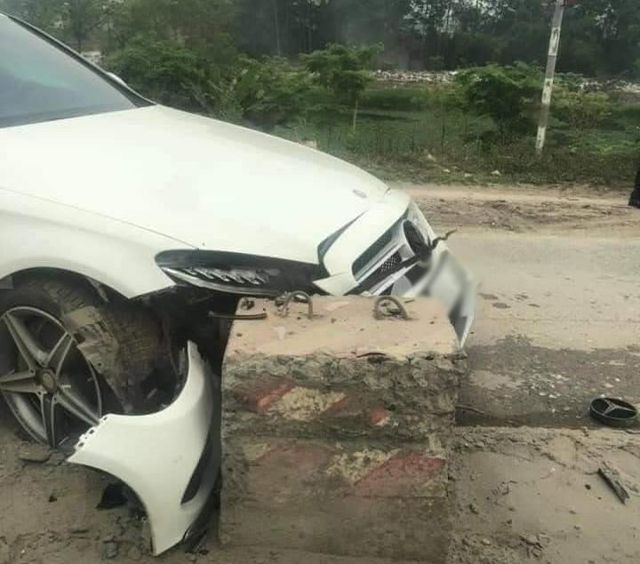 Vụ tai nạn khiến đèn pha của xe Mercedes-Benz C300 AMG bị bể