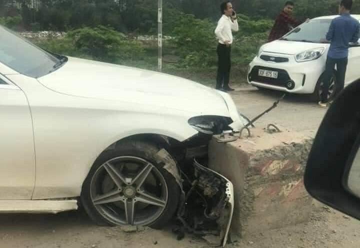 Mercedes-Benz C300 AMG hỏng nặng đầu xe sau khi tông trúng trụ bê tông giữa đường