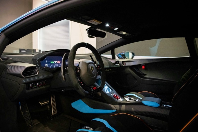 Nội thất một chiếc siêu xe Lamborghini Huracan STO