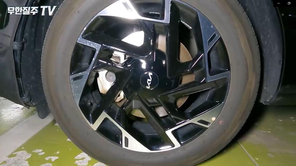 Vành của chiếc Kia Sportage 2021 trên đường thử