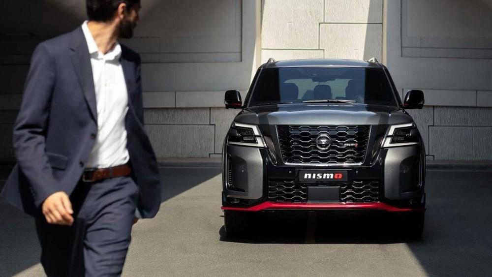 Nissan Patrol Nismo 2021 có 2 khe gió nằm dọc ở hai góc đầu xe