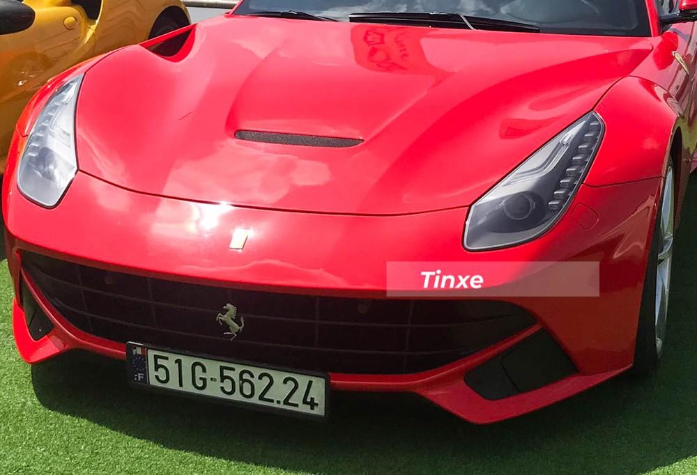 Thiết kế cá tính của siêu xe Ferrari F12 Berlinetta bao gồm lưới tản tản nhiệt trải dài như miệng cười, 2 hốc gió bên hông mở rộng