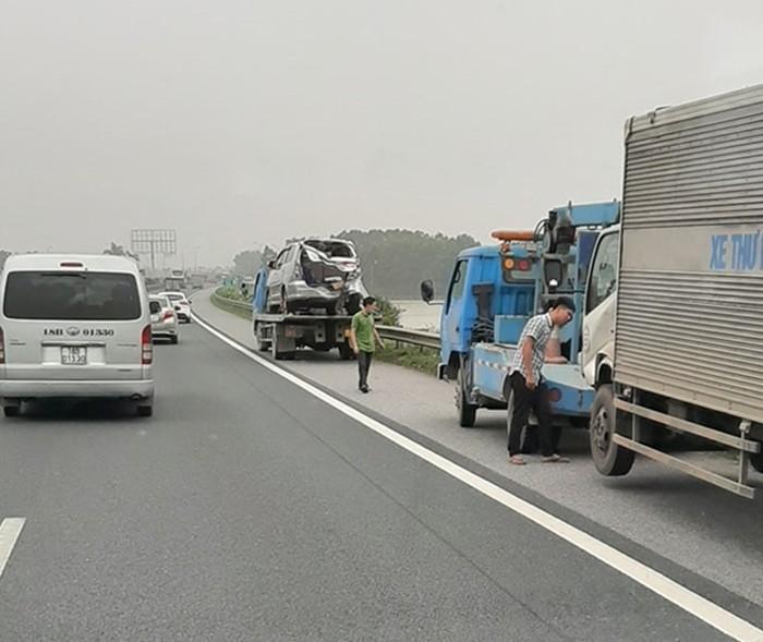 Các phương tiện gặp nạn được xe cứu hộ kéo ra đường cao tốc