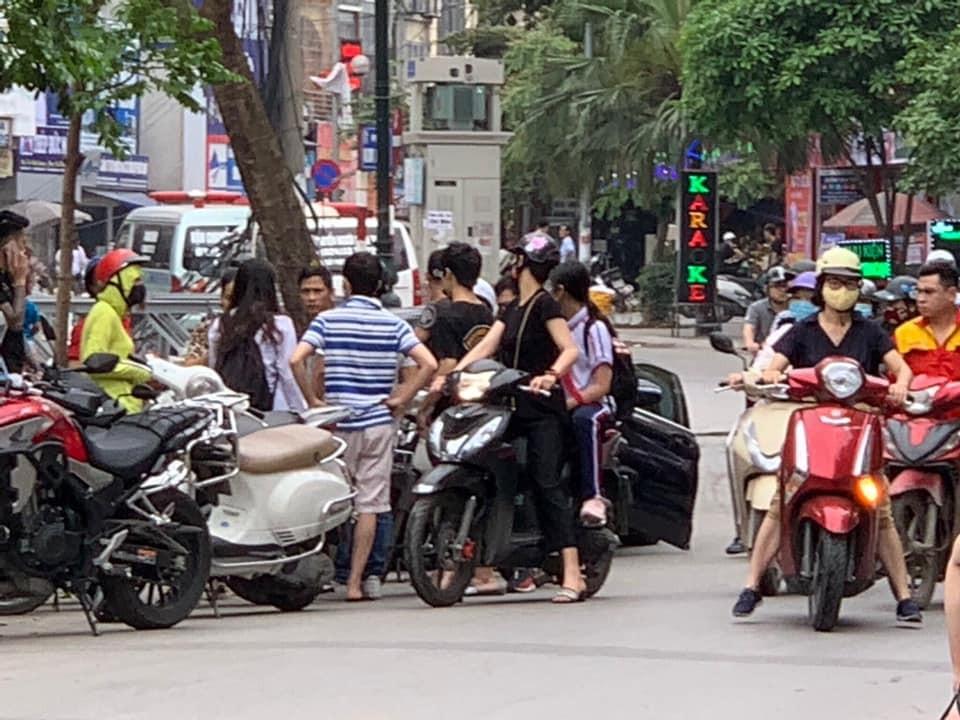 Hiện trường vụ va chạm giữa xe máy và xe Mercedes-Benz C-Class tại phố Kim Ngưu vào chiều nay