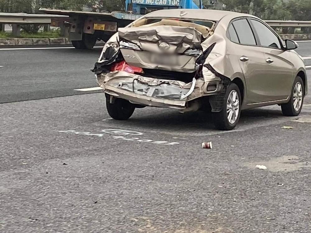 Toyota Vios bẹp dúm đuôi xe sau tai nạn liên hoàn trên cao tốc