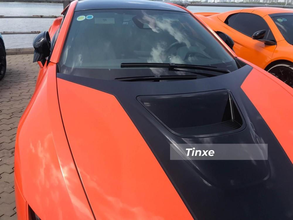 Cuối cùng là màu đen ở giữa nắp ca pô hay cản va trước của chiếc xe BMW i8 này để tạo điểm nhấn tương phản cho bộ áo cam đất.