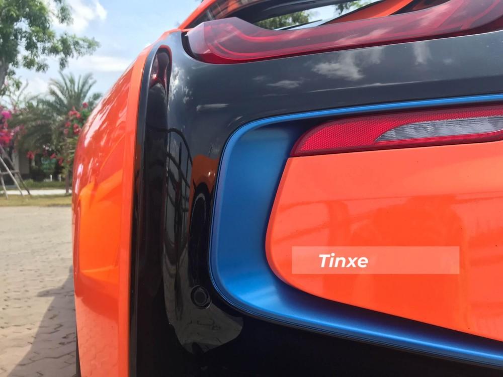 Hệ truyền động hybrid trên BMW i8 sẽ đi kèm với hộp số tự động 6 cấp. Mẫu xe thể thao BMW i8 có thời gian tăng tốc từ vị trí xuất phát lên 100km/h chỉ trong khoảng thời gian 4,4 giây trước khi đạt vận tốc tối đa 250 km/h. Chỉ với động cơ điện, chiếc xe thể thao BMW i8 có thể hoàn thành quãng đường dài 35km và đạt vận tốc tối đa 120km/h.