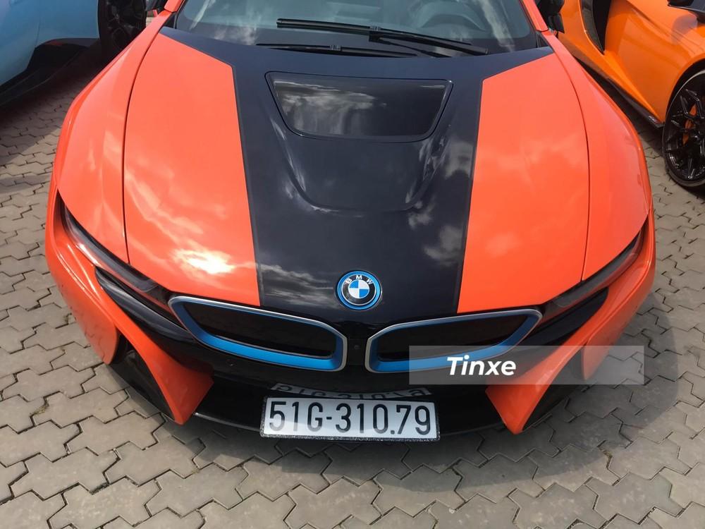 Phần đầu xe là sự kết hợp giữa 3 màu sắc bao gồm cam đất được dán bằng đề-can, bên cạnh đó là màu xanh dương thể hiện cho sự thân thiện môi trường của xe hybrid ở logo BMW hay viền lưới tản nhiệt của chiếc xe thể thao này.
