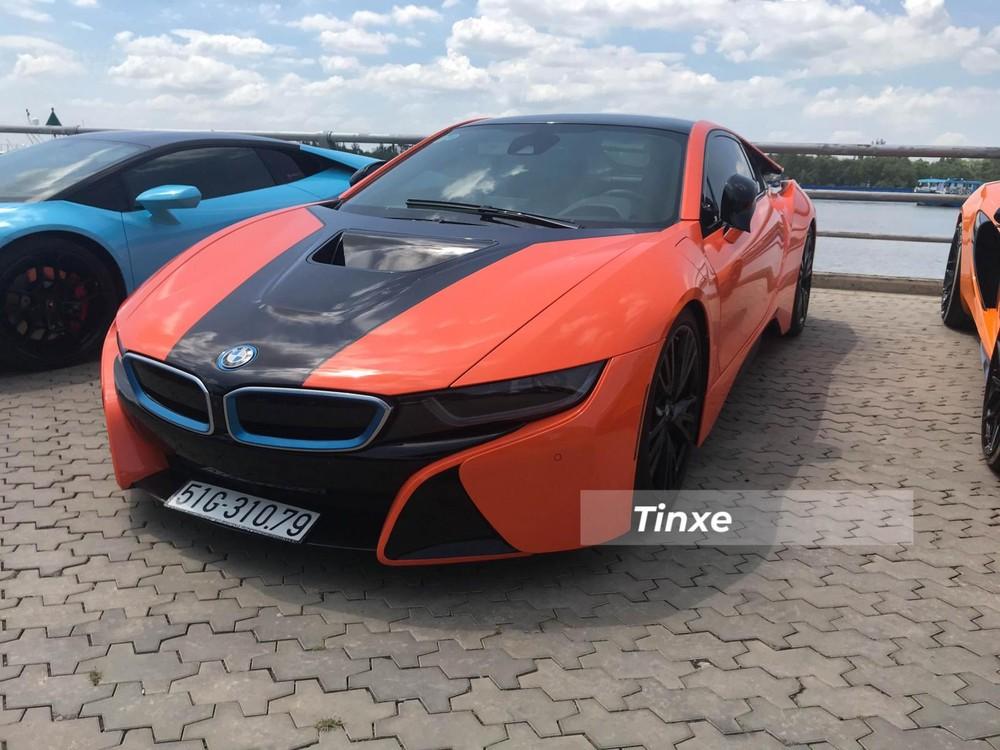Mẫu xe thể thao hybrid BMW i8 được nhập về Việt Nam thông qua các đơn vị kinh doanh xe nhập khẩu tư nhân. Lúc mới về nước, BMW i8 có giá tại Việt Nam lên đến trên 7 tỷ đồng nhưng hiện tại được rao bán lại trên 3 tỷ đồng.