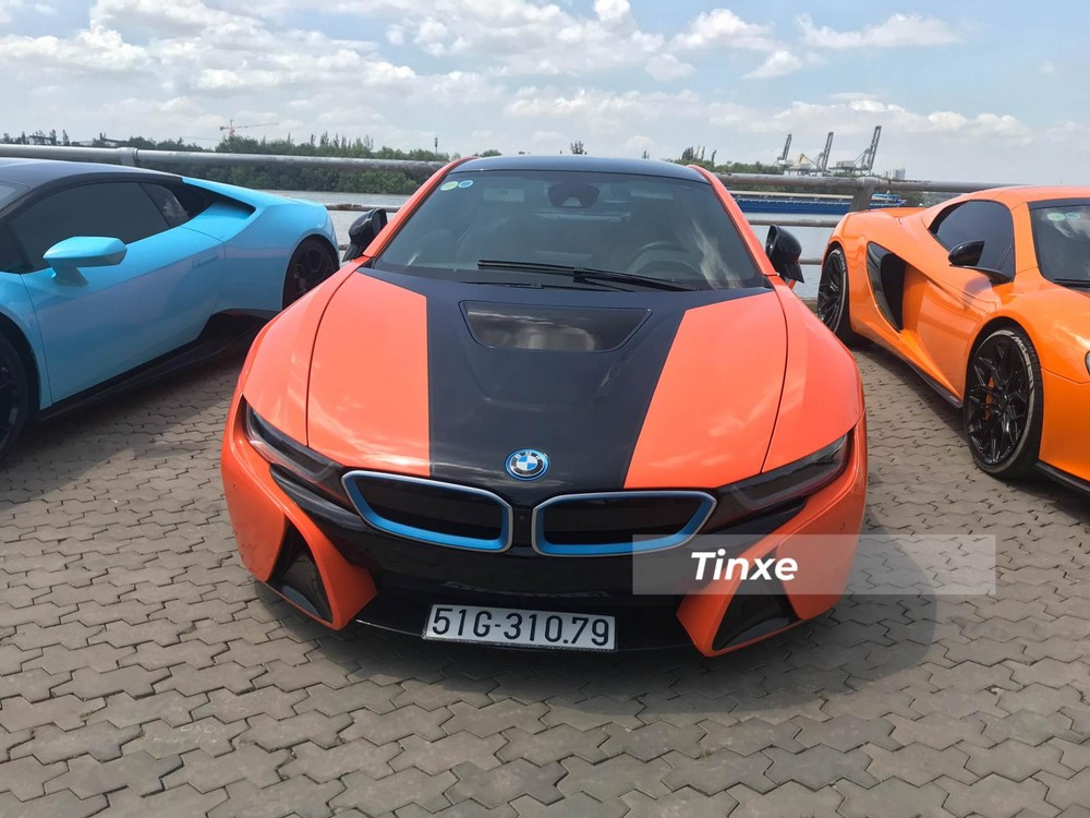 Số lượng dòng xe thể thao hybrid BMW i8 tại Việt Nam đã có thể hơn 50 chiếc với chủ yếu là 3 màu chính như xám bút chì, xanh và trắng. Cũng chính vì thế mà nhiều người sở hữu BMW i8 tại dải đất hình chữ S đã khoác lên mình mẫu xe này nhiều bộ áo khác nhau bằng đề-can như vàng nhám, vàng xước, đỏ, tím, xanh lá mạ, nâu, cam, hồng...