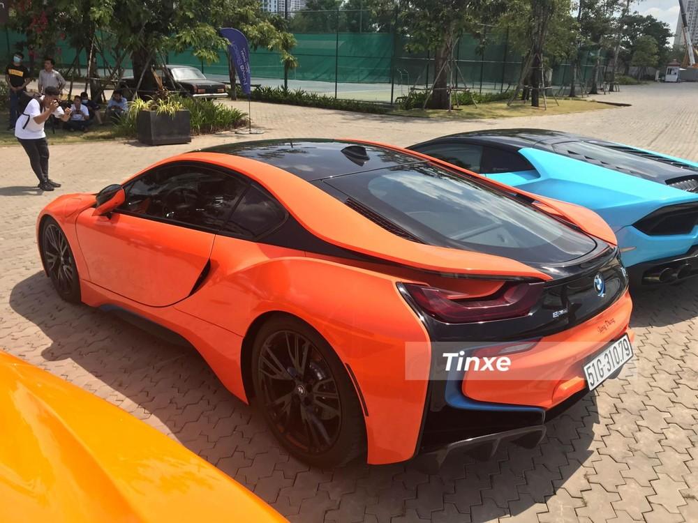 Chiếc xe BMW i8 này nguyên bản có màu trắng và đã được chủ nhân dán đề-can màu cam đất nổi bật phối cùng các chi tiết sơn đen nguyên bản của xe và cả khuếch tán gió phía sau bằng carbon.