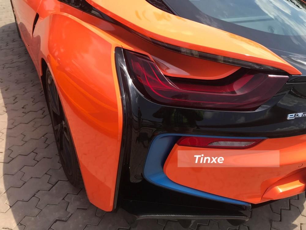 Còn đèn hậu LED và hốc gió bên hông kéo dài hết đuôi xe được đánh giá đẹp mắt.