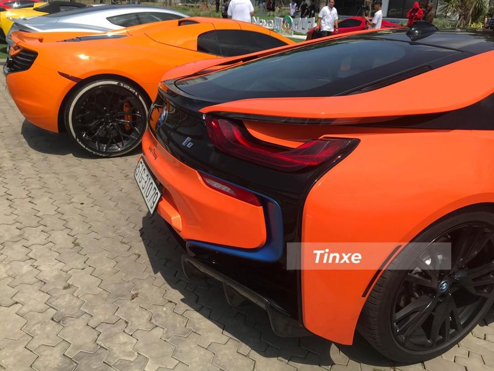 Tại thị trường Mỹ, giá xe BMW i8 được bán ra thị trường với hai phiên bản là Coupe và Roadster, mang thiết kế mui cứng và mui trần tương ứng cho hai phiên bản ở mức 147.500 USD và 163.300 USD, tương đương 3,4 và 3,8 tỷ đồng.