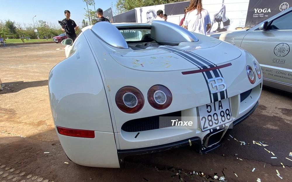Thiết kế đuôi xe Bugatti Veyron, xe được dán thêm các sọc đề-can màu đen chạy dài từ khoang động cơ đến đuôi xe