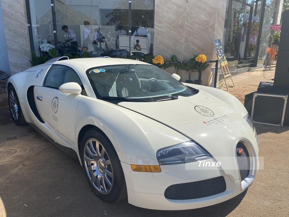 Bugatti Veyron lúc mới về nước có màu đỏ-trắng và đã được Đặng Lê Nguyên Vũ cho sơn lại 1 tông màu trắng