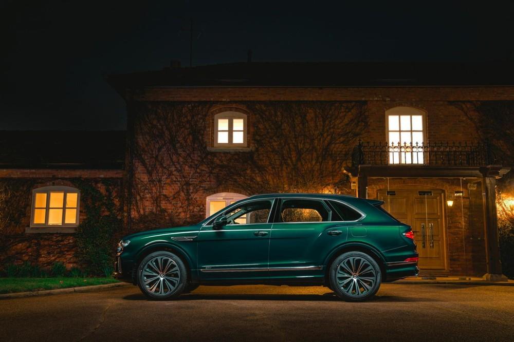 Bentley Bentayga Hybrid màu xanh ngọc lục bảo