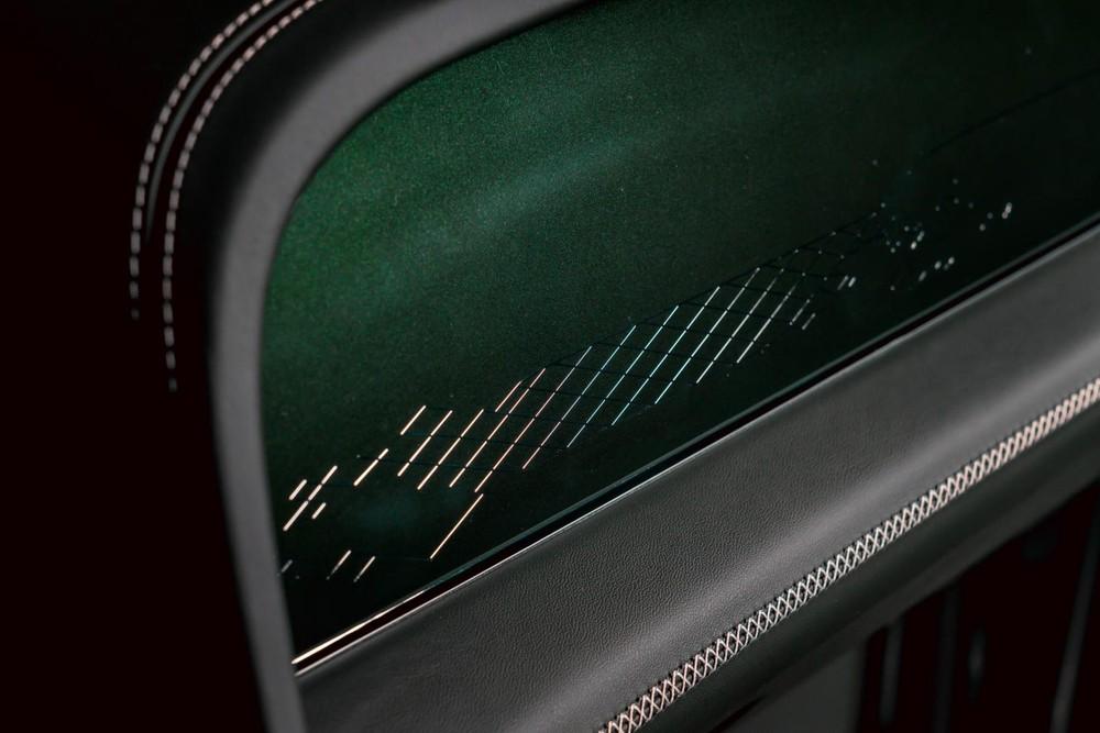 Tấm lưới bằng kim loại trên mặt táp-lô của Bentley Bentayga Hybrid