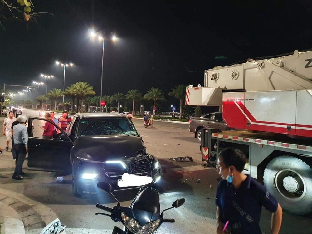 Vụ tai nạn khiến chiếc xe VinFast LUX SA2.0 vỡ nát một bên đầu xe