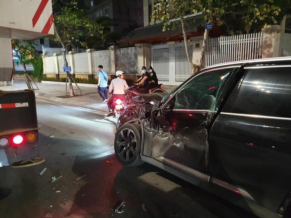 Cận cảnh chiếc xe VinFast LUX SA2.0 sau va chạm với xe cẩu bánh lốp Zoomlion