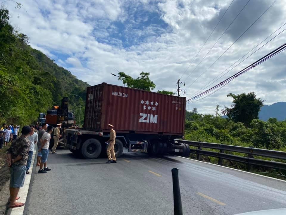Lực lượng chức năng điều động xe cứu hộ đến để giải toả giao thông qua đèo Bảo Lộc