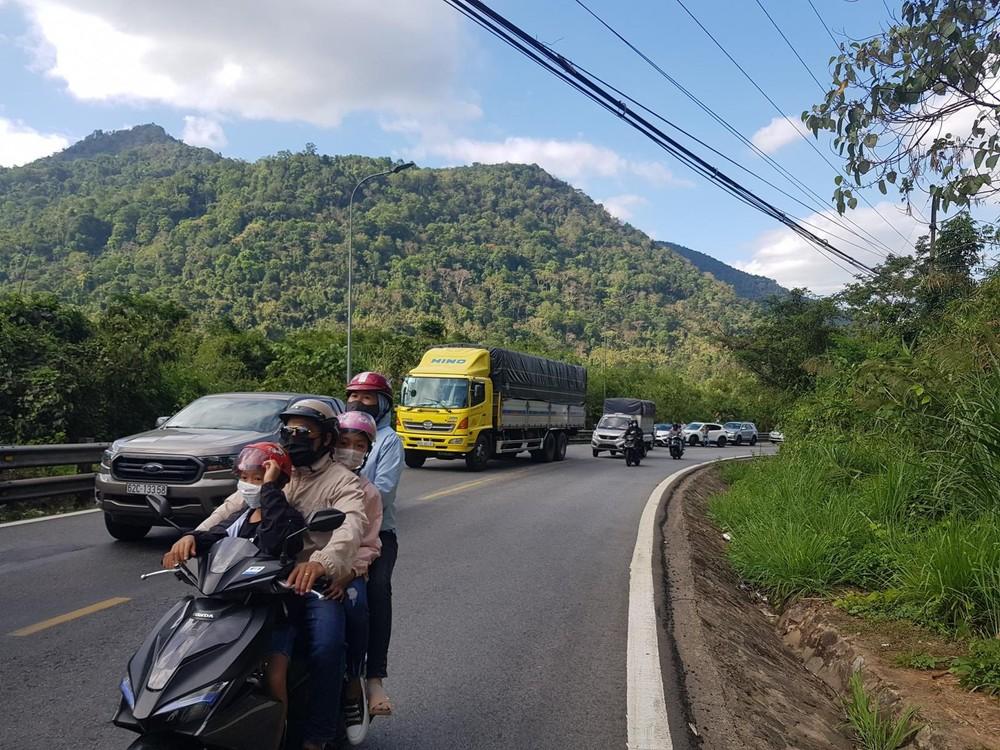 Vụ tai nạn khiến giao thông qua đèo Bảo Lộc gặp khó khăn, chỉ có xe máy có thể di chuyển được
