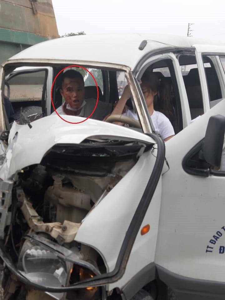 Biểu hiện trên khuôn mặt của thầy giáo dạy lái xe khiến nhiều người chú ý