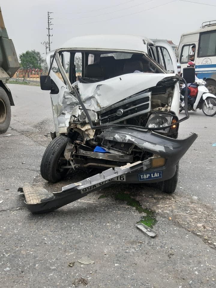 Chiếc xe tập lái bị vỡ nát phần đầu xe