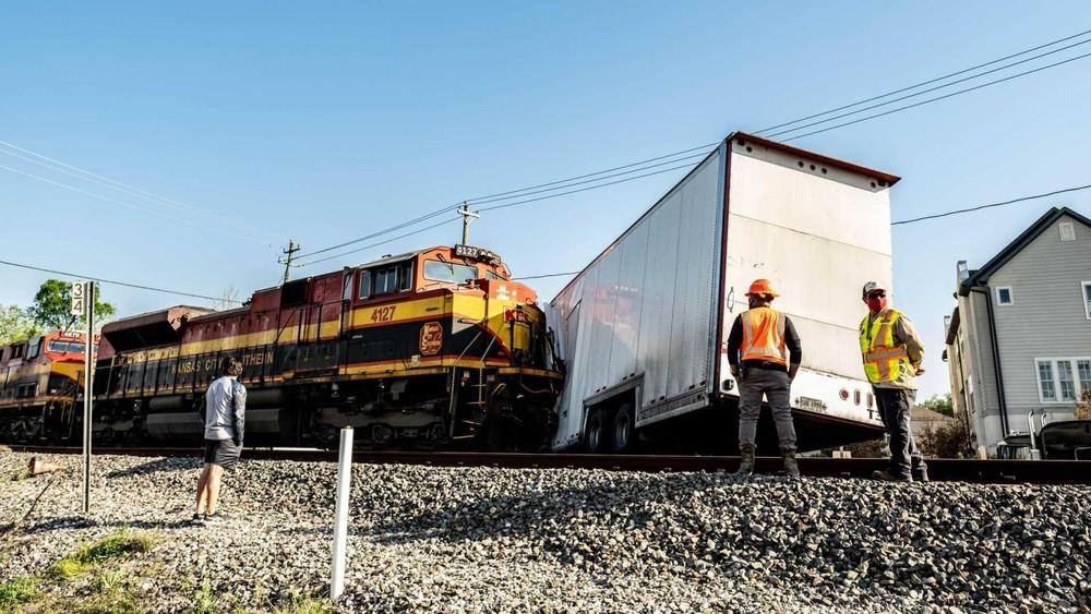Tàu chở hàng tông trúng chiếc xe container