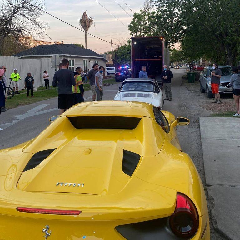 2 chiếc Ferrari 488 Spyder và Porsche 911 được đưa ra khỏi thùng xe container sau vụ tai nạn