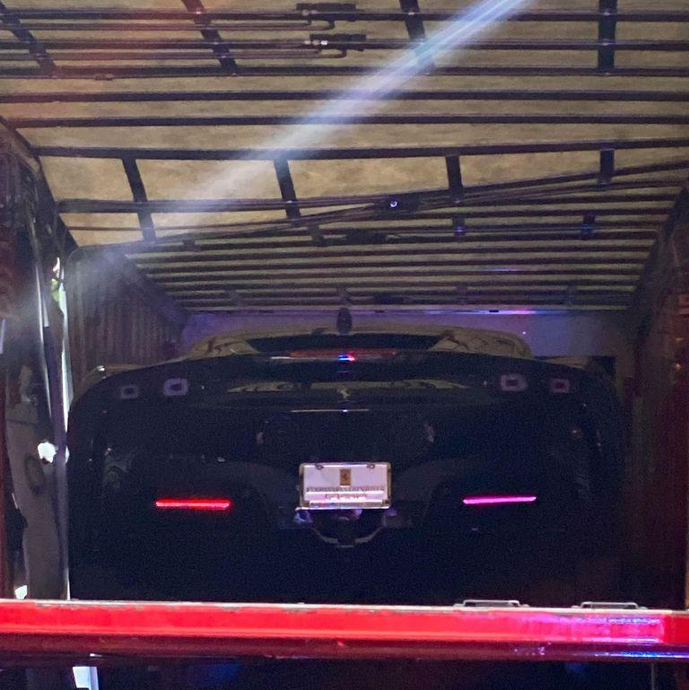 Chiếc Ferrari SF90 Stradale bị hư hỏng và vẫn nằm trong thùng container