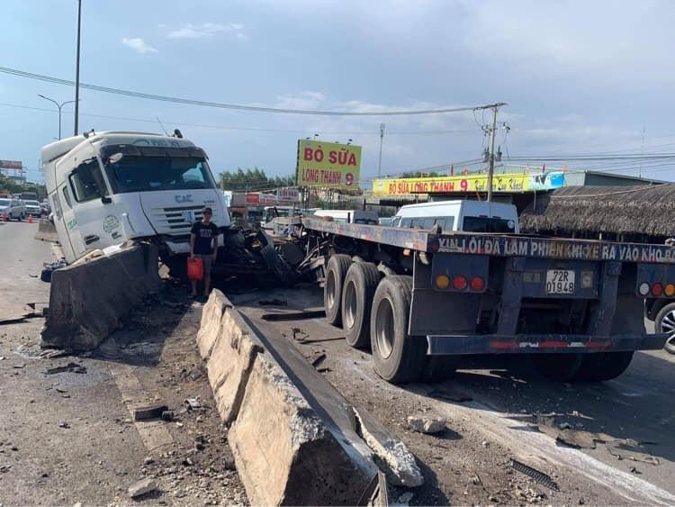 Nguyên nhân vụ tai nạn là do lái xe container tông trúng dải phân cách khiến 2 cuộn thép văng xuống đường