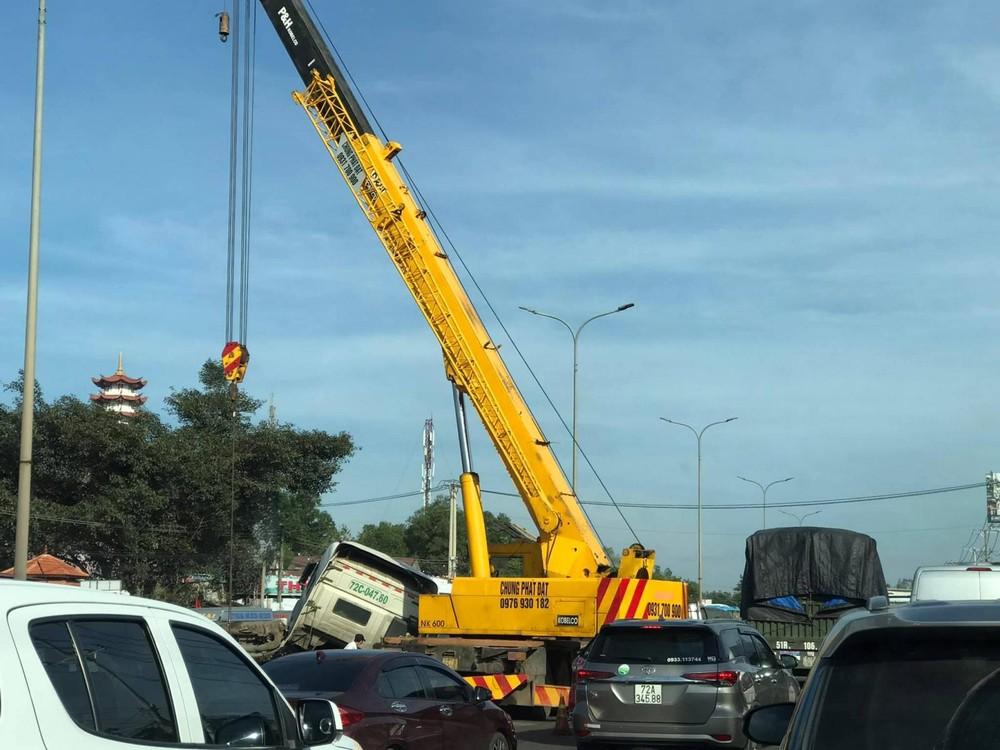 Xe cẩu đang cố gắng đưa xe container ra khỏi hiện trường vụ tai nạn
