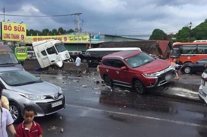Vụ tai nạn làm chiếc xe container và Mitsubishi Outlander hư hỏng nặng