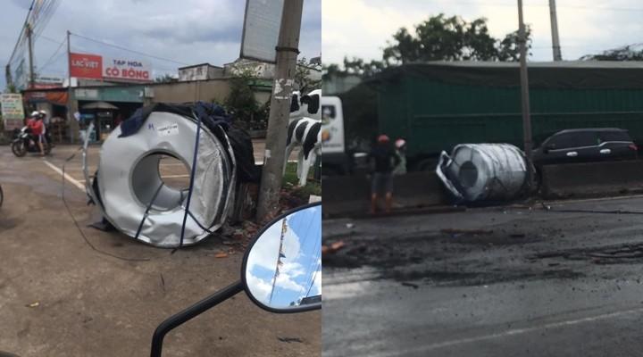 2 cuộn thép xe container hư hỏng sau khi văng xuống đường