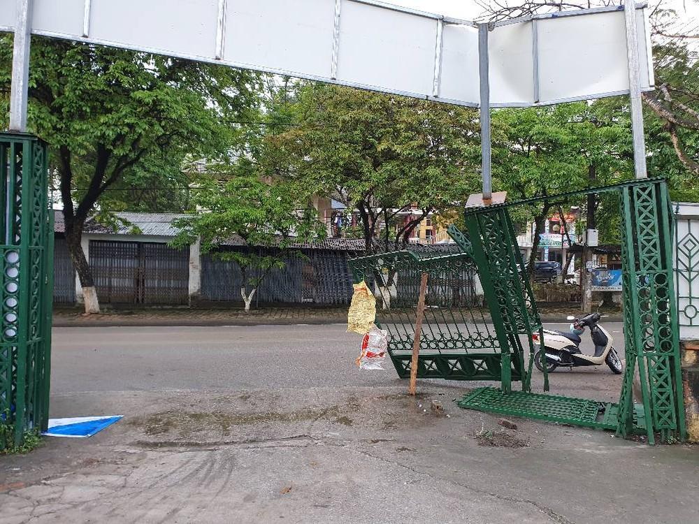 Cổng trường Cao đẳng Lào Cai bị hư hỏng nặng