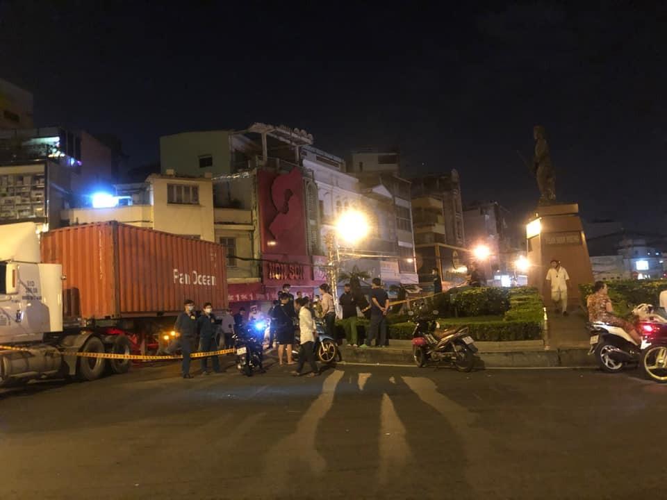 Nguyên nhân vụ tai nạn là người đàn ông tông xe máy vào đuôi xe container di chuyển cùng chiều