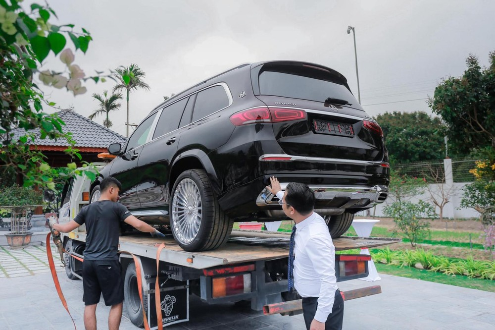 Và SUV siêu sang Mercedes-Maybach GLS 600 được vận chuyển đến địa điểm tiệc bằng xe chuyên dụng