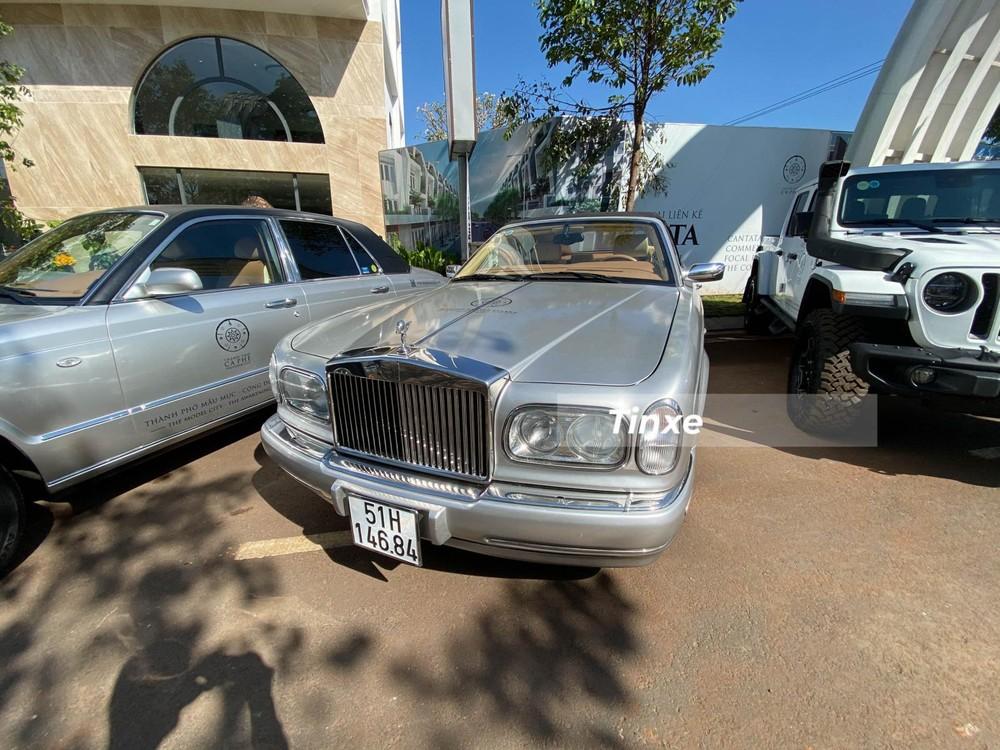 Là người thích sưu tập các siêu xe và xe siêu sang tại Việt Nam nên không quá bất ngờ trong bộ sưu tập xe của Đặng Lê Nguyên Vũ hiện có trên 6 chiếc Rolls-Royce đủ chủng loại. Thậm chí, có lúc doanh nhân này sở hữu hơn 9 chiếc xe siêu sang Anh quốc.