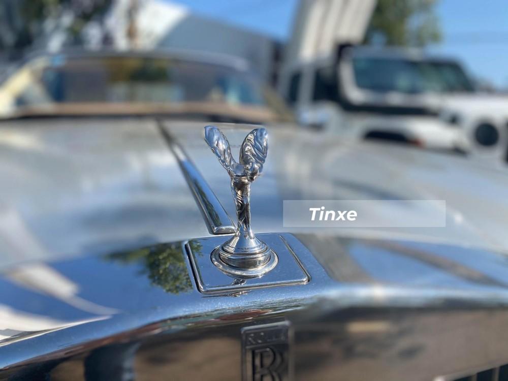 Rolls-Royce Corniche chính là cú đâm khiến dòng xe siêu sang Bentley Azure bị khách hàng chê và sau đó khi mẫu xe Rolls-Royce Phantom Drophead Coupe được giới thiệu mà Bentley Azure không có hậu duệ nào, mẫu xe mui trần của Bentley hoàn toàn bị lãng quên.