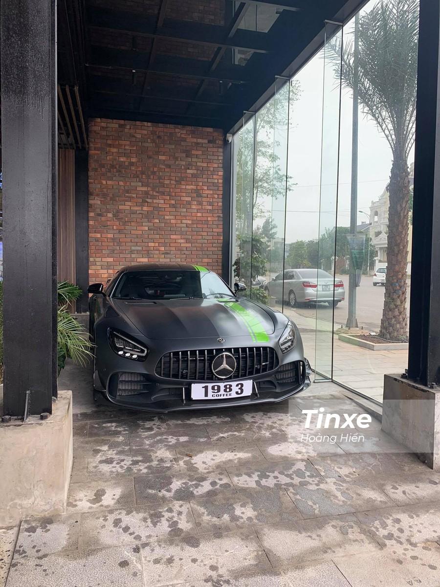 Chiếc Mercedes-AMG GT-R Pro đầu tiên của Việt Nam hiện đang cư ngụ tại quán cafe thuộc thành phố Hoà Bình.