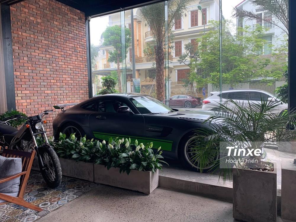Chiếc xe Mercedes-AMG GT-R Pro được đặt trang trọng ngay vị trí cửa quán.