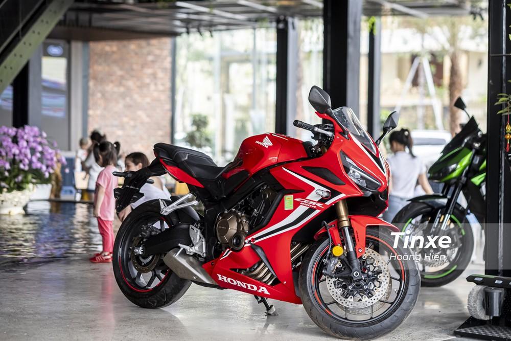 Chiếc xe sportbike Honda CBR650R nổi bật trong không gian nội thất của quán cafe tại Hoà Bình.