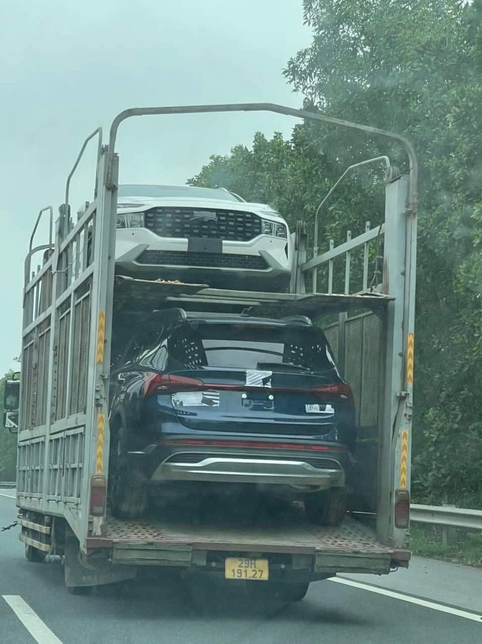 Hyundai Santa Fe 2021 bị bắt gặp trên xe chuyên chở về Hà Nội.