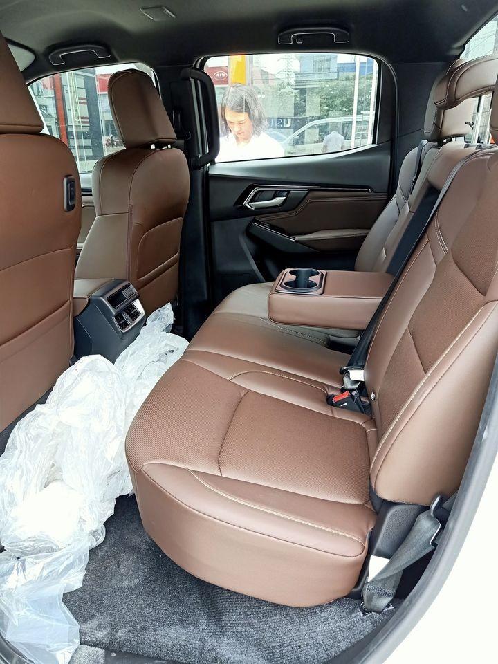 Các hàng ghế của Isuzu D-Max 2021 bản Type Z tại Việt Nam được bọc da màu nâu, hàng ghế sau có sự hiện diện của cửa gió điều hòa và bề tì tay tích hợp hộc đựng cốc.