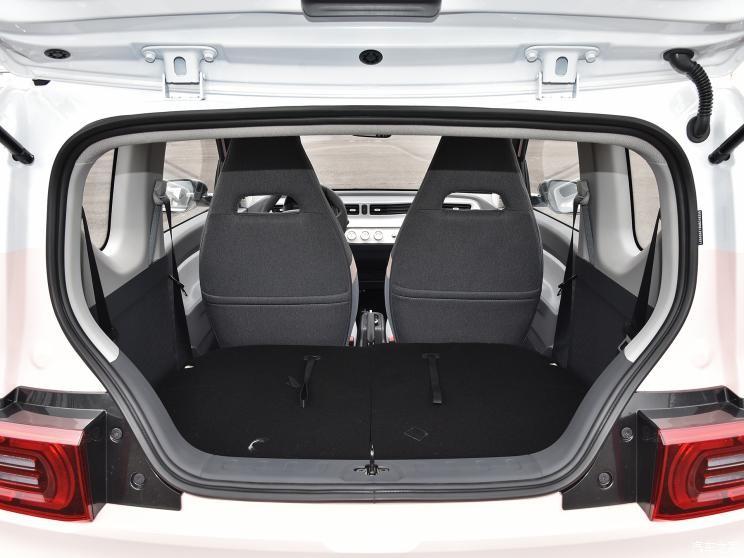 Khoang hành lý của Wuling Hongguang Mini EV Macaron 2021 khi ghế sau gập xuống
