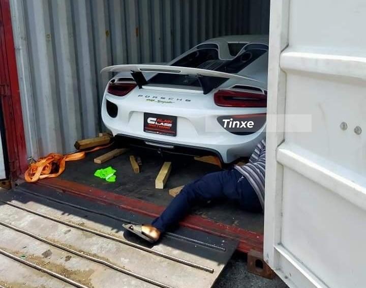 Rất nhiều người đã hỗ trợ đưa chiếc Porsche 918 Spyder này về Việt Nam cho nữ doanh nhân 9X, và khi xe về đến cảng Cát Lái nằm chờ hơn 3 tháng mới thông quan